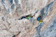 Robbie Phillips throwing shapes on Des Kaiser<br>© Marc Langley